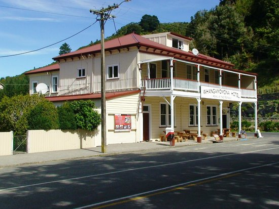 Forgotten World Adventures : Mid point stopover at the 'Whangamomona Hotel'