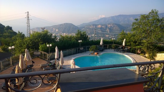 Hotel Prestige Sorrento: View from room over pool and towards Naples