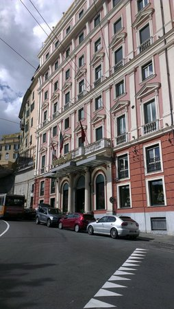 Grand Hotel Savoia: Hotellet fra gaten