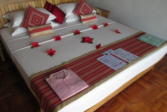 Reethi Beach Resort: bed decoration
