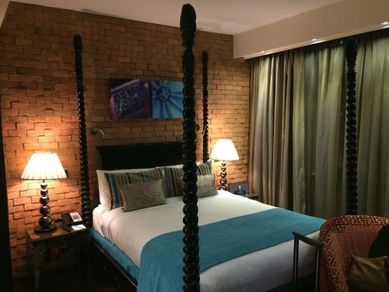 Hotel Indigo London Tower Hill: Four poster bed!