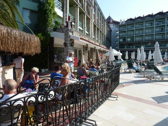 Marti La Perla: pool area and bar