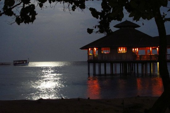 Reethi Beach Resort: moodhu bar at night