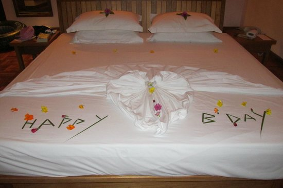 Reethi Beach Resort: bed b-day decoration