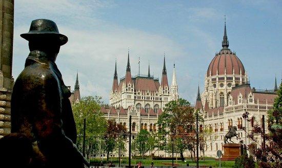 Parlement : Вид на Парламент со стороны памятника Надю