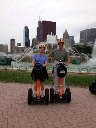 Absolutely Chicago Segway Tours: Buckingham fountain behind us....beautiful!
