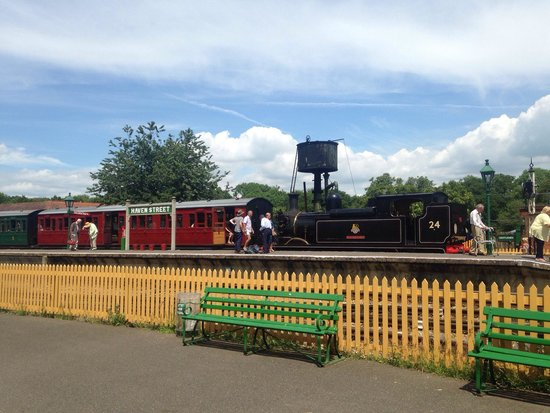 Isle of Wight Steam Railway: Train at Havenstreet station