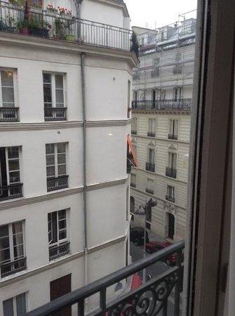 Mercure Paris Opera Faubourg Montmartre: Room 408 (street view)