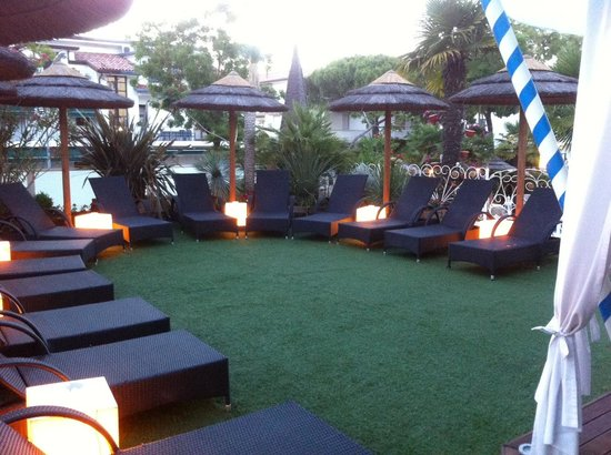 Hotel Milton : The upper outside area in the evening