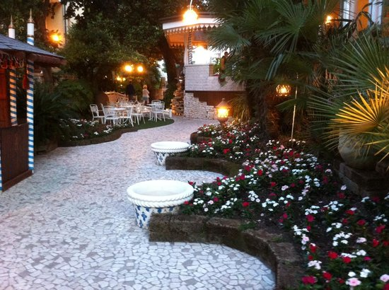 Hotel Milton: The gardens in the evening
