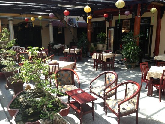 Huy Hoang Garden Hotel : outside dining area