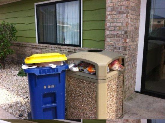 AmericInn Lodge & Suites Rehoboth Beach: trash bins