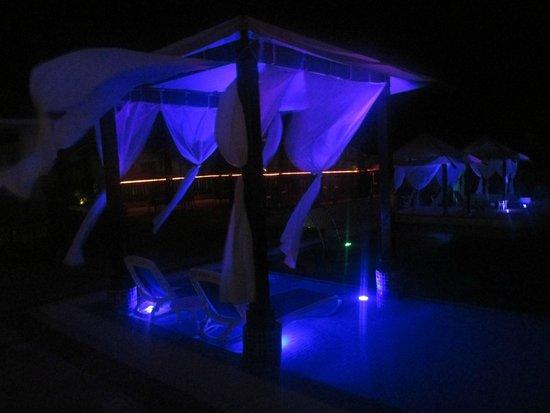 Royalton Cayo Santa Maria: Upper pool beds at night