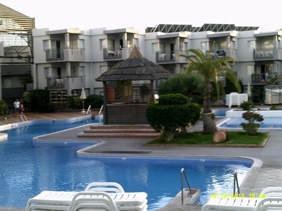 HG Tenerife Sur Apartments: Around the pool in the evening