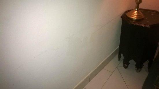 Dar Naima : Murs abîmés et sales