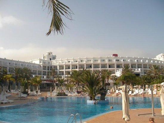 Hotel Riu Palace Maspalomas: batiment principal donnant sur grande piscine