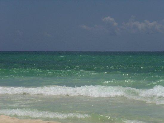 Hotel Las Golondrinas: Had fun in these waves!