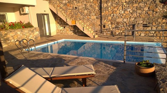 Elounda Solfez Villas: Early morning sun and the pool
