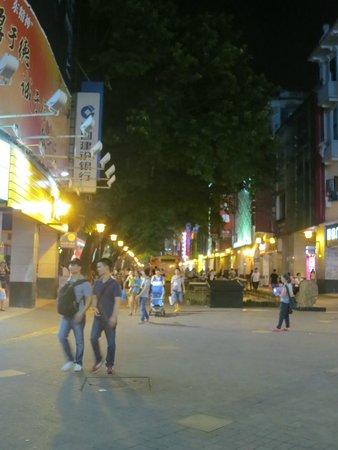 Guangyong Lido Hotel: Shopping street