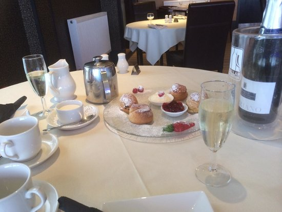 Best Western Dryfesdale Country House Hotel : Afternoon tea with Prosecco