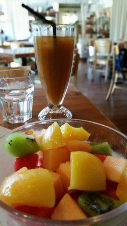 Bridge Cafe (Qiaokafei) : Fruit salad and orange tea