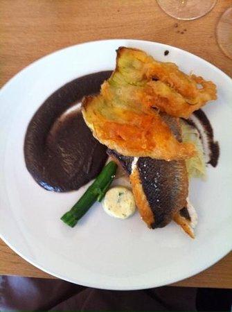 L'instinct Gourmand: un bar aux courgettes avec sauce tapenade aux olives noires,une pure merveille.
