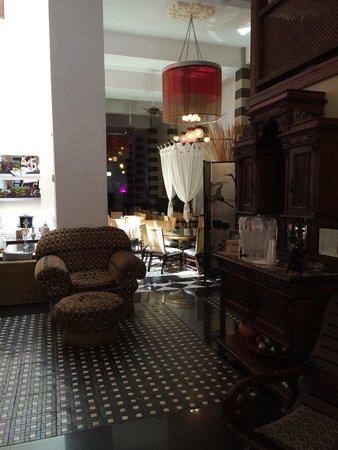CasaBlanca Hotel: Inviting lobby and restaurant