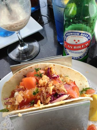 Eagle Ray's Bar & Grill: Get the fish tacos with a Caybrew!!