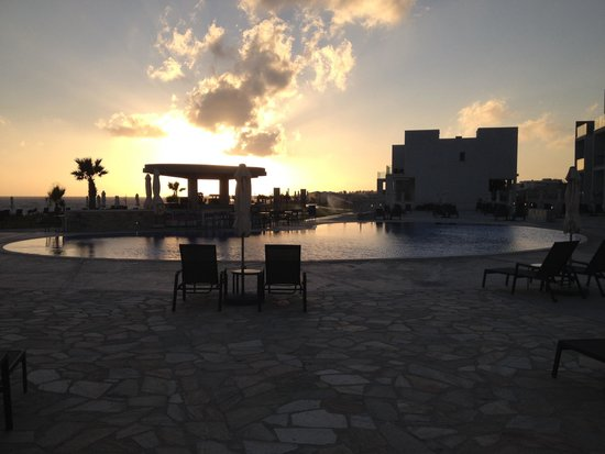 Amphora Hotel & Suites: Sunset over the pool