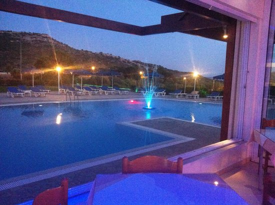 Zoes Hotel: Pool evening