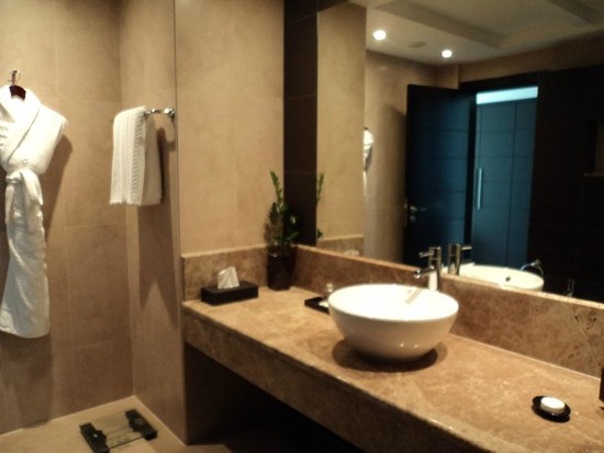 Cristal Hotel Abu Dhabi: Quartz Suite En-Suite Bathroom