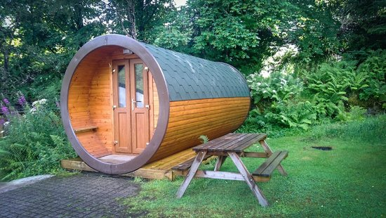 By The Way Hostel and Campsite: Hobbit House and picnic table
