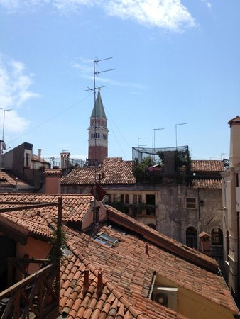 Antica Locanda al Gambero: View of the San Marco bell tower from my room