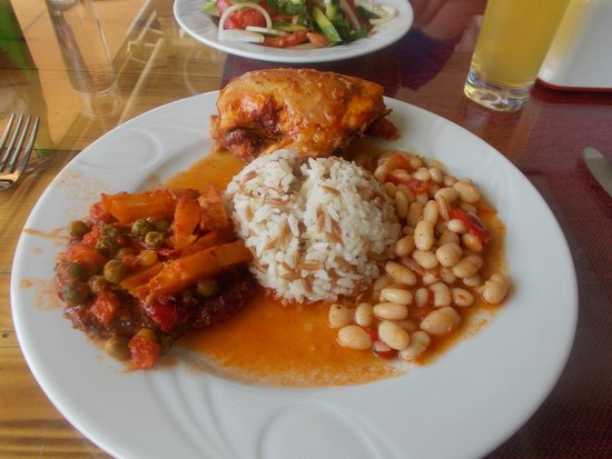Meryem Turkish Restaurant: chicken, meatballs, dried beans and rice for lunch