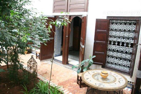 Riad Felloussia: La porte de notre chambre donnant dans le patio.