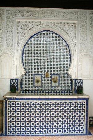 Riad Felloussia: Une belle fontaine dans le patio.