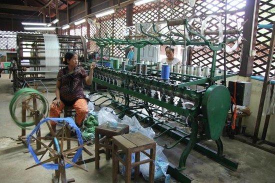 Artisans Angkor : Spinning silk