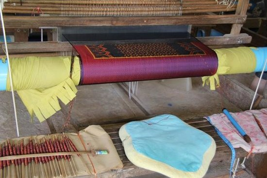 Artisans Angkor : Traditional pattern on the loom