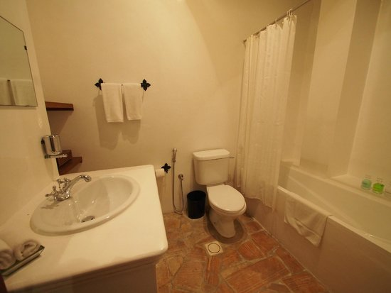 XVA Art Hotel: clean and well equipped bathroom
