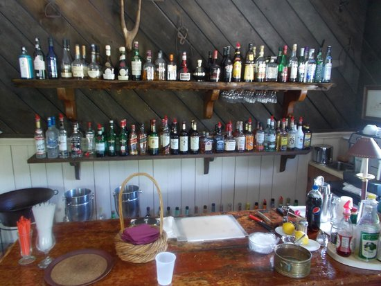 Echo Lake Inn: Small but well stocked bar