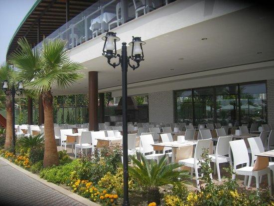 Raymar Hotels: Открытая терасса ресторана