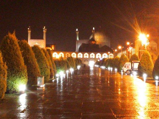 Naqshe Jahan Square(Shah Square): 雨に反射して美しさも2倍