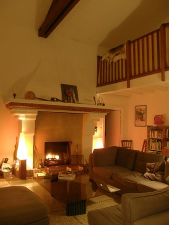 Cassis Hostel : Cosy in winter in the lounge room!
