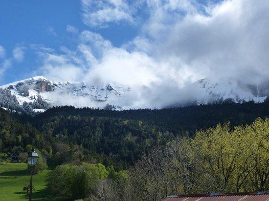 B and B Le Belvedere: Vue de Printemps sur Luan et les hauts de Leysin dans les nuages
