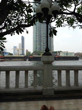 Shangri-La Hotel,Bangkok: Riverview from the poolarea