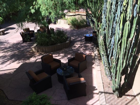 DoubleTree Suites by Hilton Hotel Phoenix: Outdoor seating areas.