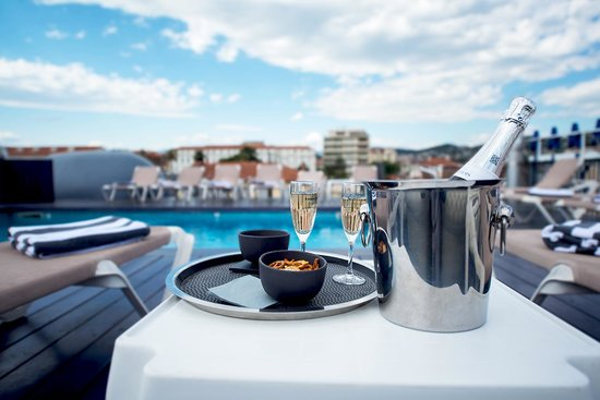 Best Western Plus Cannes Riviera & Spa: Champagne by the poolside