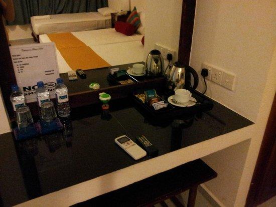 Catamaran Beach Hotel: Чай,сахар, молоко в номере