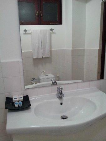 Catamaran Beach Hotel: зеркало в ванной