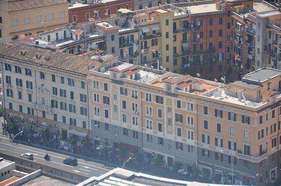 Rome ApartHotel : (entouré en rouge) la fenêtre et la chambre donnant sur le vatican, les 2 autres sont de l'autre